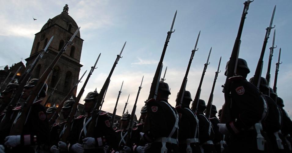 Oficiais do Exército boliviano participam de evento comemorativo do Dia do Mar, em La Paz