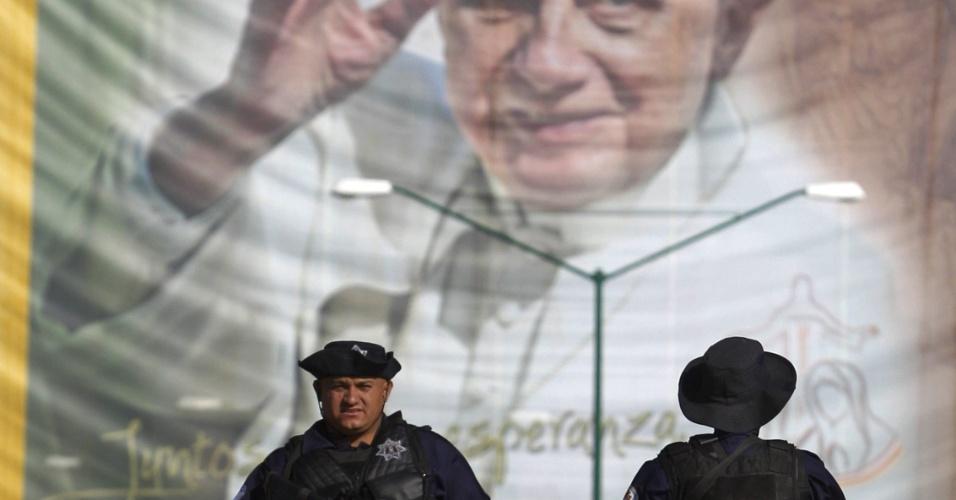 Policiais federais do México fazem a segurança das ruas de Leon, no estado de Guanajuato, por onde passará o Papa Bento 16 antes de ser recebido pelo presidente Felipe Calderón nesta sexta-feira (23)