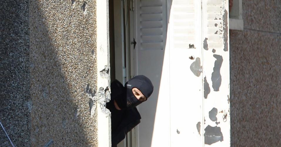Policial aparece na janela do apartamento de Mohamed Merah, o assassino confesso de Toulouse, na França, por onde o terrorista ligado a rede Al-Qaeda teria tentando fugir, mas acabou morrendo ao ser baseado pela polícia na cabeça