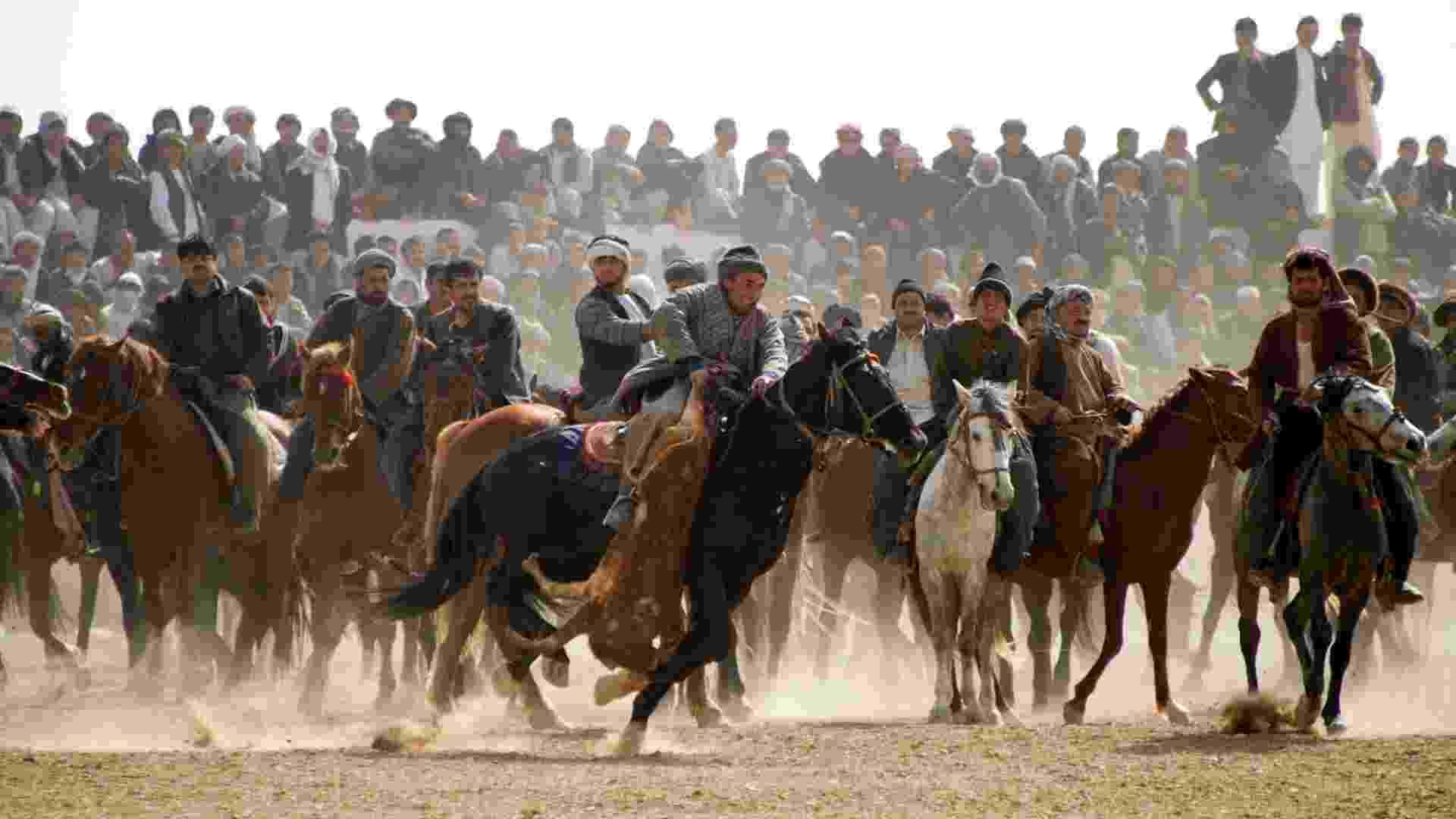 """Afegãos praticam o """"Buzkashi"""", um dos mais tradicionais esportes do Afeganistão, em que duas equipes de cavaleiros competem para lançar uma carcaça de animal dentro de um círculo de pontuação - Johannes Eisele 2º/AFP"""