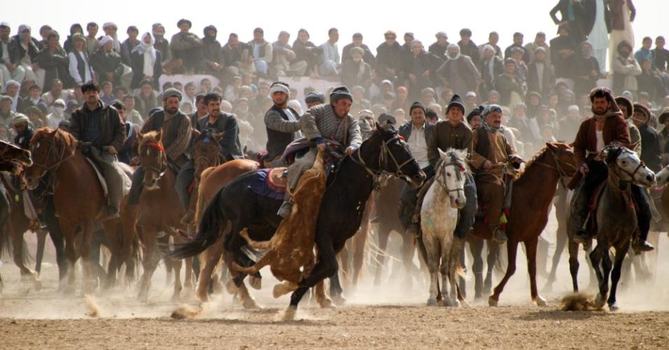 """Afegãos praticam o """"Buzkashi"""", um dos mais tradicionais esportes do Afeganistão, em que duas equipes de cavaleiros competem para lançar uma carcaça de animal dentro de um círculo de pontuação"""