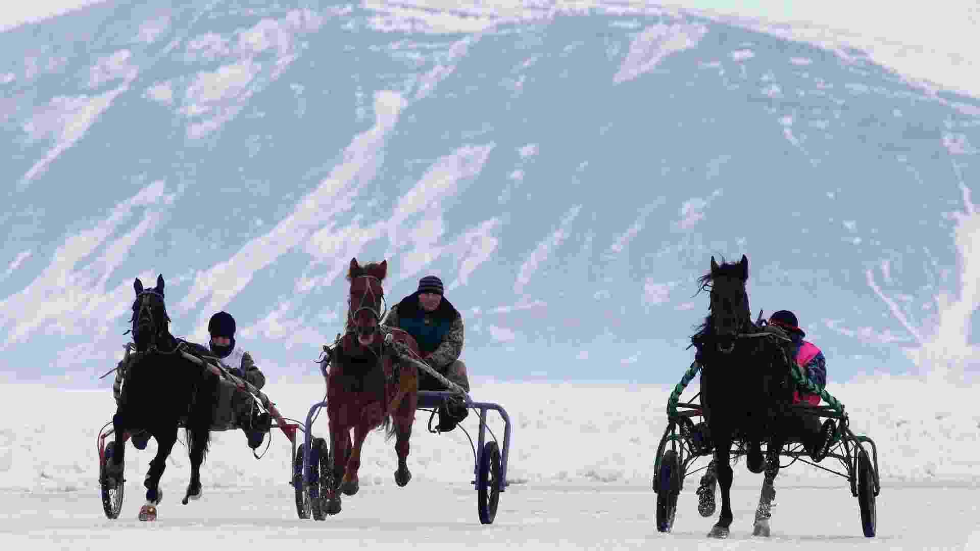Cavaleiros amadores russos disputam uma corrida de cavalos no lago congelado Yenisei, no vilarejo de Novosyolovo, na Síberia, na Rússia - Ilya Naymushin/Reuters