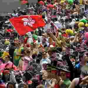 Centenas de fãs do esporte participam do Torneio Hong Kong Sevens de Rugby, neste sábado (24), na China. Evento anual, o torneio acontece até este domingo (25) - Laurent Fievet/AFP