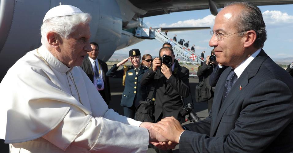 O papa Bento 16 cumprimenta o presidente do México, Felipe Calderon, ao desembarcar em Leon. Ele faz visita de três dias ao país