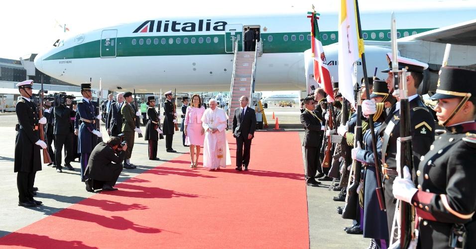 O papa Bento 16 desenbarca em Leon, ao lado do presidente do México, Felipe Calderón, e da primeira dama, Margarita Zavala, para visita de três dias ao país