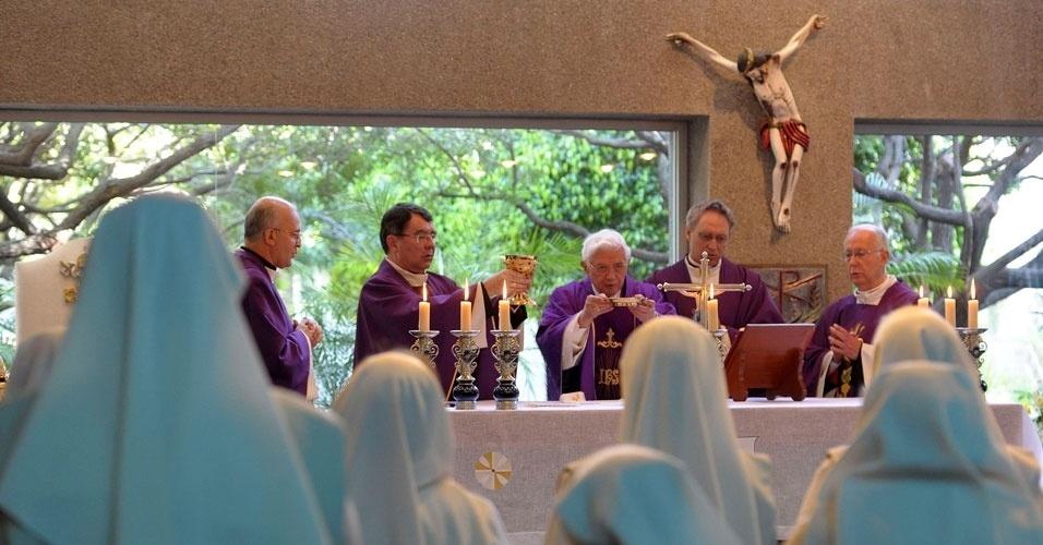 Papa Bento 16 celebra missa no Colégio Santíssima Virgem de Miraflores, no México, neste sábado