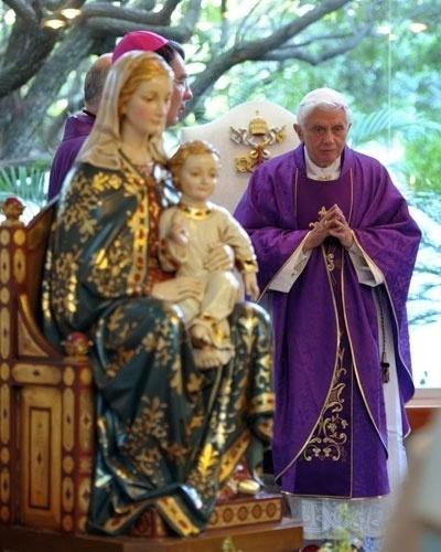 Papa Bento 16 fica próximo da imagem da Virgem de Miraflores durante missa no Colégio Santíssima Virgem de Miraflores, no México, neste sábado (24). O pontífice se reuniu com o presidente mexicano, Felipe Calderón, e fiéis e condenou as gangues de traficantes