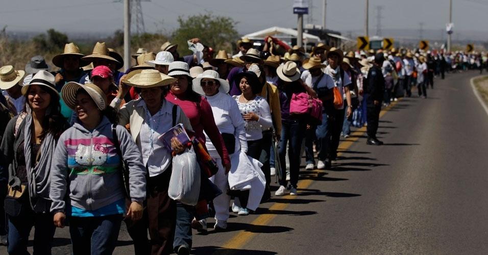 Peregrinos caminham, neste sábado (24), por estrada no México para chegar ao local em que o Papa Bento XVI realizará a missa no dominho (25). O pontífice chegou ao México na tarde de sexta-feira (23) depois de 10 anos da visita do Papa João Paulo II