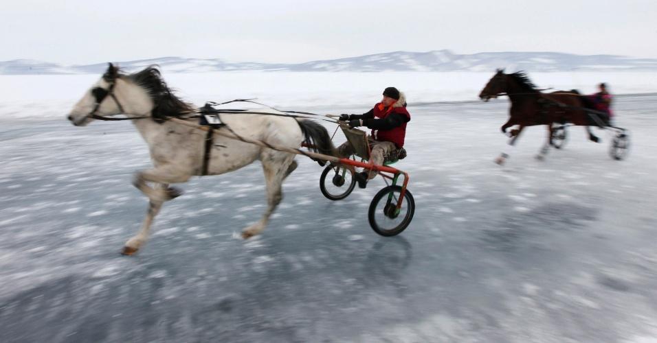 Russos disputam uma tradicional corrida de cavalos na Síberia, na Rússia