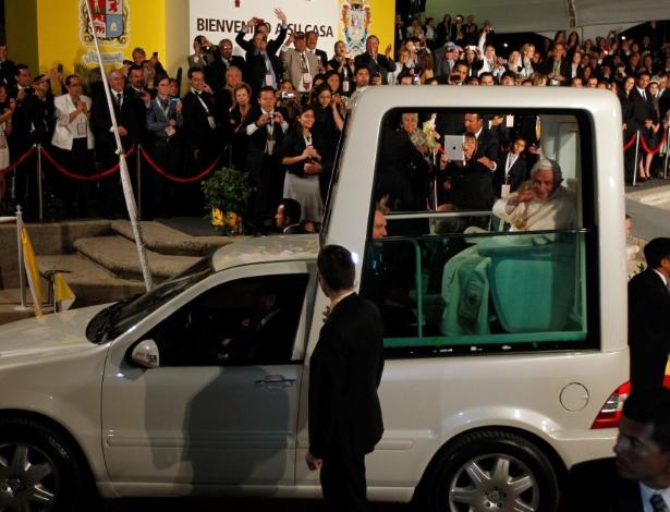 25.mar.2012 - O papa Bento 16 acena para os fieis de seu papamóvel, após receber as chaves da cidade de León, no México