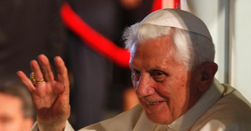 25.mar.2012 - Papa Bento 16 acena para uma multidão de 600 mil pessoas, em seu terceiro dia de viagem pelo México