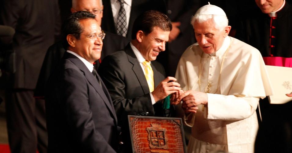 25.mar.2012 - Papa Bento 16 recebe do prefeito de Leon, Ricardo Sheffield, as chaves da cidade mexicana