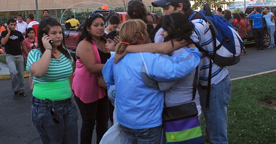 Após tremor, chilenos deixam shopping e vão para estacionamento em Talca; o terremoto obrigou a evacuação de cidade litorâneas