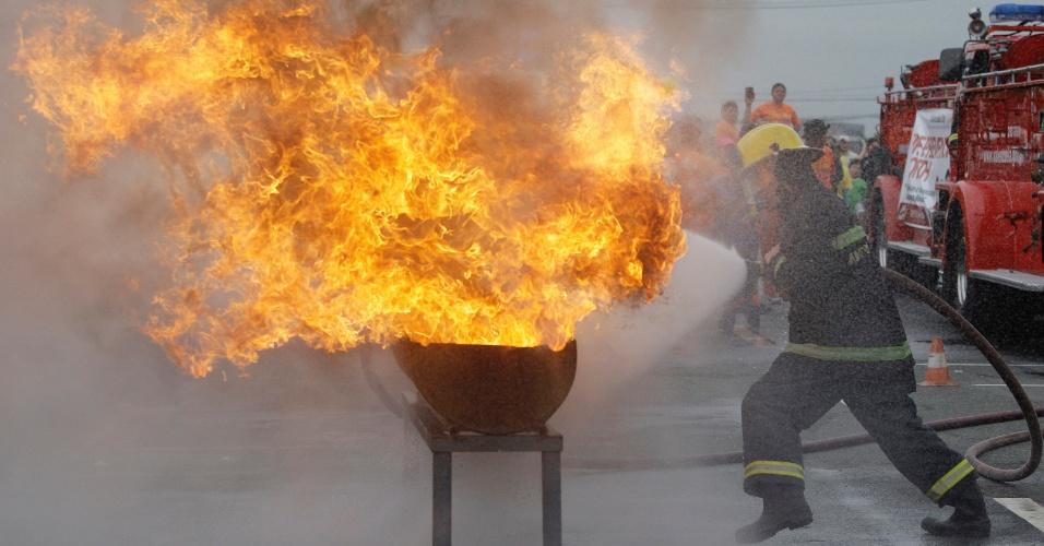 Bombeiro tenta extinguir fogo durante a 25ª edição dos Jogos Olímpicos dos Bombeiros em Manila, nas Filipinas