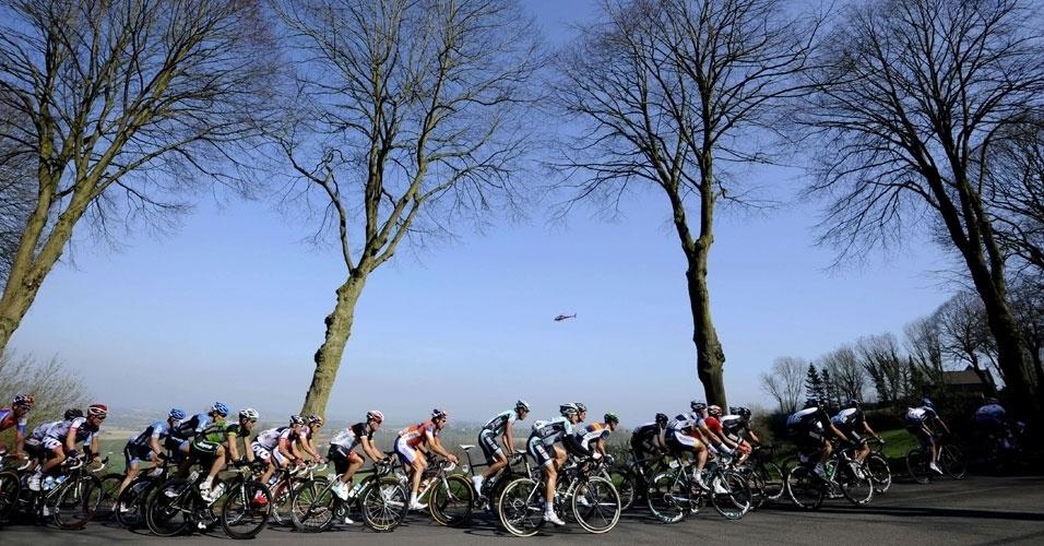Competidores participam da 74ª edição de prova de ciclismo realizada neste domingo (25), na Bélgica. Os ciclistas percorrerão ao todo 235 km
