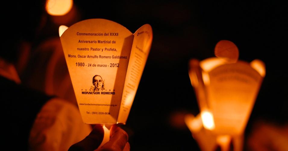 Homem segura uma vela com imagem do falecido arcebispo Oscar Arnulfo Romero durante uma marcha pela passagem do 32º aniversário do assassinato de Romero, em San Salvador, capital de El Salvador. O arcebispo foi assassinado por um esquadrão da morte de direita