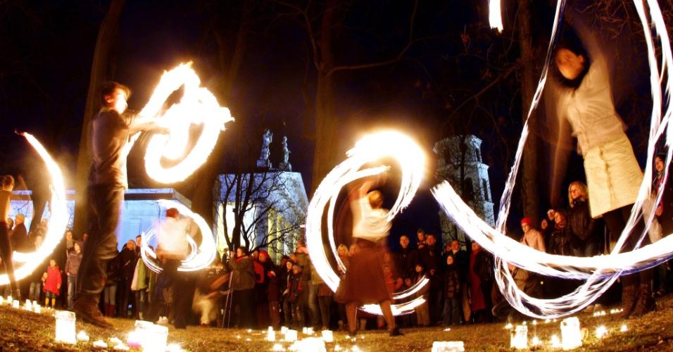 Jovens e estudantes participam das celebrações do equinócio de primavera em Sventaragio Valley, na Lituânia
