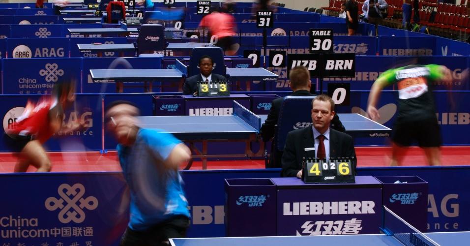 Juiz observa competidores do Campeonato mundial de Tênis de Mesa, em Dortmund, na Alemanha
