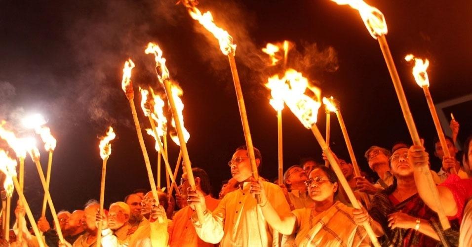 Líderes políticos e ativistas culturais participam de manifestação neste domingo (25), em Bangladesh, com tochas para homenagear as vítimas do massacre do dia 25 de março de 1971. O incidente antecedeu a declaração de independência do país