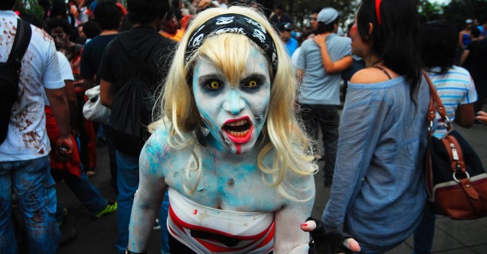 """Mulher vestida como zumbi participa de desfile anual em Xalapa, no Estado mexicano de Veracruz. Centenas de pessoas participaram da """"Marcha dos Zumbis"""" por todo o centro da cidade"""