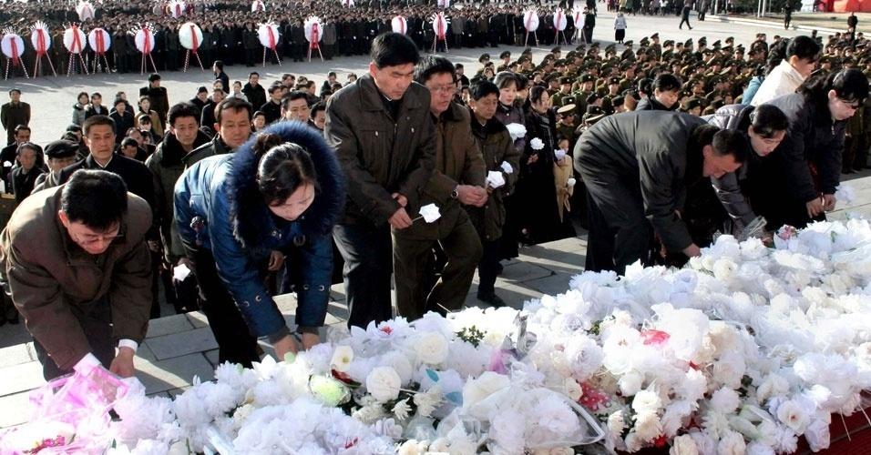 Norte-coreanos comparecem em cerimônia de 100 dias da morte de Kim Jong-il, líder do país, em Pyongyang, neste domingo (25)