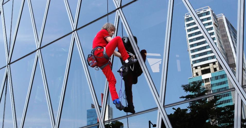 O escalador francês Alain Robert, que se tornou famoso por escalar edifícios famosos ao redor do mundo, escala os 215 metros de altura do prédio Barkie Tower, que tem 40 andares e fica em Jacarta, na Indonésia