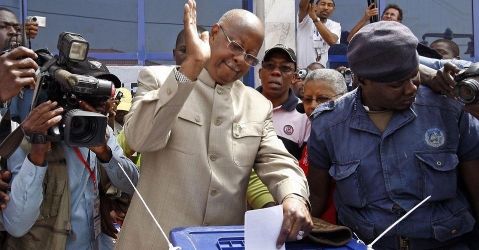 O ex-primeiro-ministro Carlos Gomes Júnior venceu as eleições presidenciais neste domingo (25), em Guiné-Bissau, com 48,97% dos votos