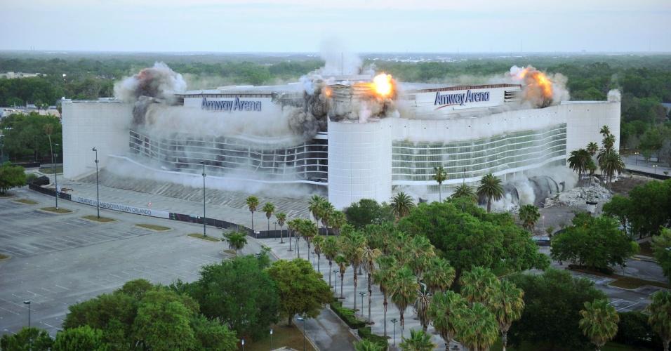 O ginásio de esportes Amway Arena, antiga casa do time de basquete Orlando Magic, foi implodida na manhã deste domingo (25) na cidade de Orlando, na Flórida (EUA). O edifício esteve inutilizado desde 2010, quando foi inaugurado o novo ginásio do time, o Amway Center, e no lugar dele será construída uma vila para empresas de tecnologia e escolas de mídias digitais