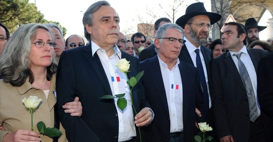 O grande rabino da França, Gilles Bernheim, e o prefeito de Toulouse, Pierre Cohen, se reúnem com outros cidadãos de diversas religiões durante marcha em homenagem a três crianças e um professor que foram mortos semana passada por Mohamed Merah