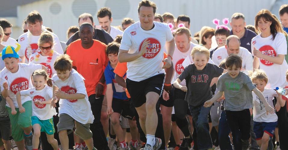 """O premiê britânico, David Cameron (centro), inicia o """"Sport Relief Mile"""" ao lado da esposa, Samantha (dir.),em Prestwood, no sul da Inglaterra (Reino Unido). O evento é uma corrida para ajudar projeto de caridade"""