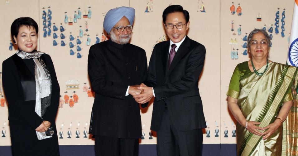 O presidente da Coréia do Sul, Lee Myung-Bak, à direita, aperta a mão do primeiro-ministro indiano, Manmohan Singh, ladeados pelas suas respectivas mulheres durante cerimônia de boas-vindas na Casa Presidencial Azul, em Seul, neste domingo (25). O premiê indiano está na Coréia para participar da Cúpula de Segurança Nuclear que acontece nesta segunda (26) e terça-feira (27)