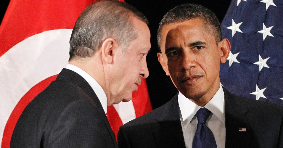 """O presidente dos Estados Unidos, Barack Obama, conversa com o premiê da Turquia, Recep Tayyip Erdogan, durante encontro bilateral para discutir segurança nuclear, em Seul, na Coreia do Sul. Obama afirmou hoje que a Coreia do Norte não """"conseguirá nada com ameaças ou provocações"""""""