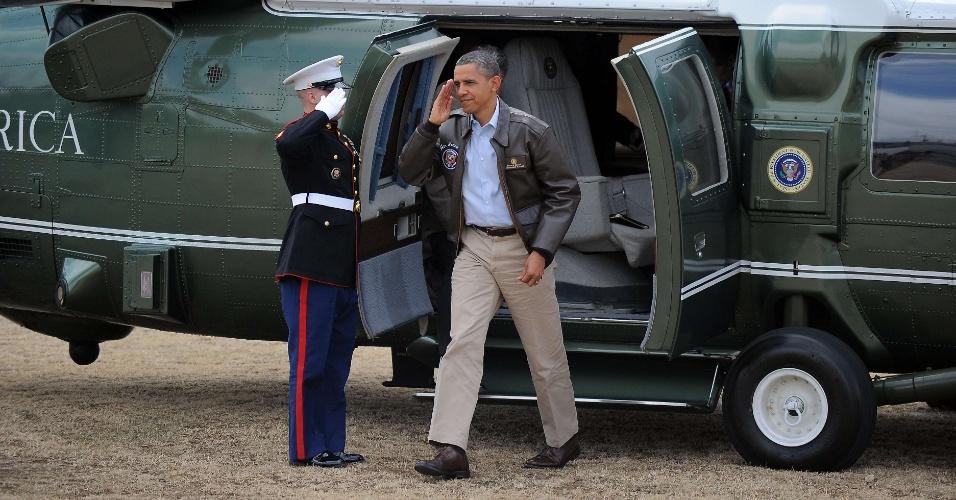"""O presidente dos EUA, Barack Obama, bate continência para um oficial americano ao desembarcar do helicóptero """"Marine One"""" na sua chegada ao acampamento Bonifas, posto militar de comando das Nações Unidas localizado a 400 metros ao sul da zona desmilitarizada na fronteira entre a Coréia do Sul e a Coréia do Norte. Obama chegou a Seul, capital da Coréia do Sul, na mdrugada deste domingo (25), onde participa, nesta segunda (26) e terça-feira (27), da Cúpula de Segurança Nuclear"""
