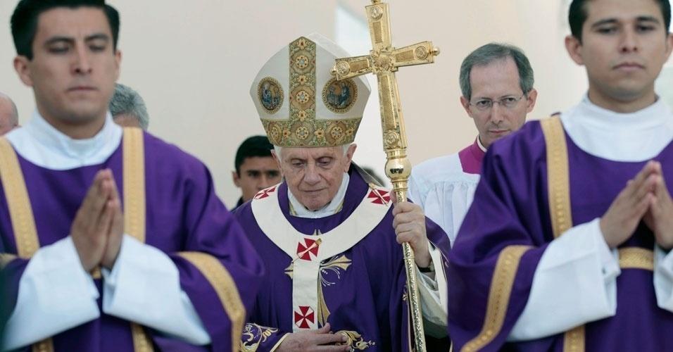 Papa Bento 16 anda com equipe pastoral antes do início da missa neste domingo, no México
