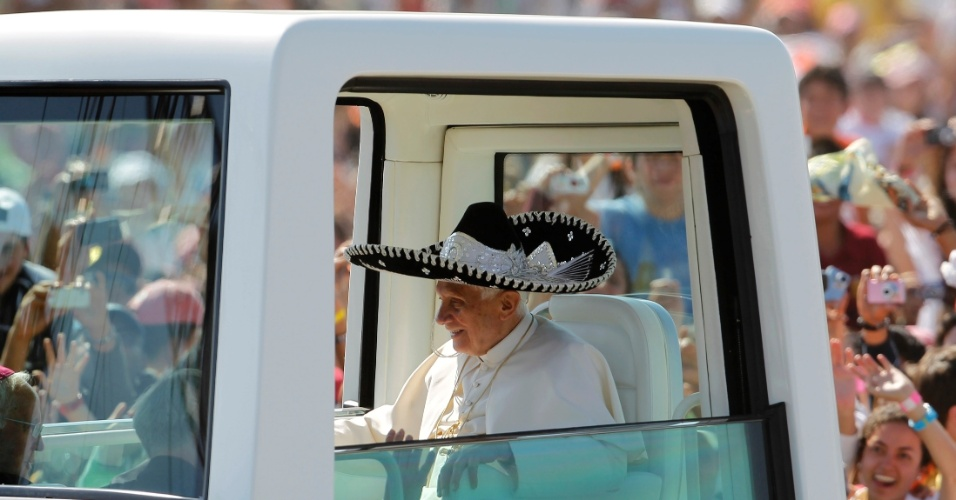 Papa Bento 16 usa chapéu tradicional mexicano enquanto se desloca, neste domingo, para rezar a missa no Parque Bicentenário, no México