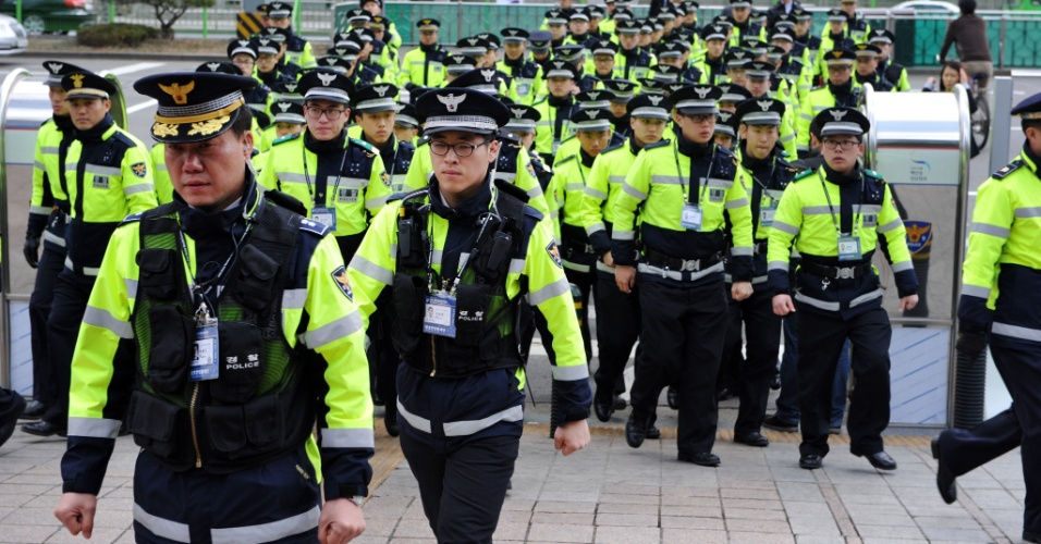 Parte do efetivo de 40 mil policiais sul-coreanos que foram convocados para reforçar o esquema de vigilância para a realização da Cúpula de Segurança Nuclear, que acontece nesta segunda (26) e terça-feira (27), em Seul, na Coréia do Sul