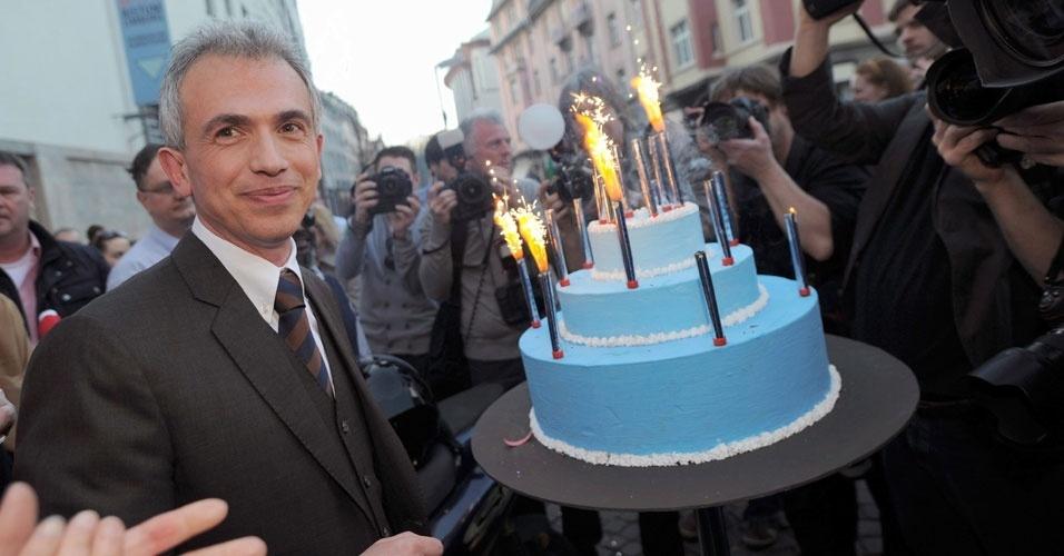 Peter Feldmann comemora, neste domingo (25), sua vitória na eleição para prefeito de Frankfurt, na Alemanha