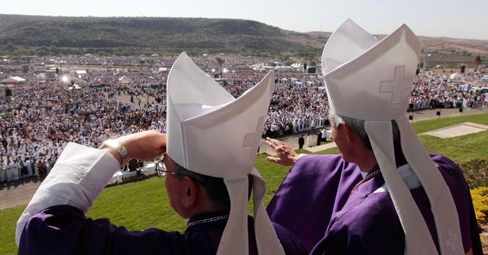 Prelados olham multidão no parque Bicentenário, no México, enquanto aguardam início da missa celebrada neste domingo pelo Papa Bento 16