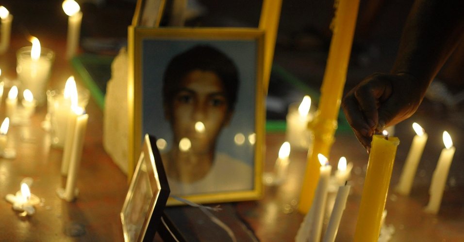 Velas acesas em torno de retratos de presos que morreram em um incêndio na penitenciária de Comayaguaem, em Honduras, no mês passado, durante uma vigília exigindo justiça do governo. O incêndio matou 360 detentos e, segundo investigadores, pode ter sido causado por uma vela ou cigarro aceso que caiu em um colchão