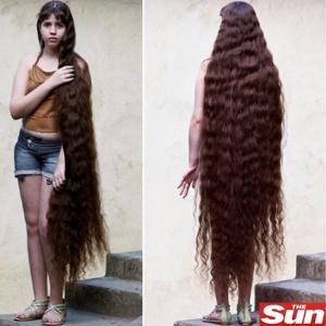 Natasha mede 1,59 m e seu cabelo 1,57 m - Reprodução/The Sun