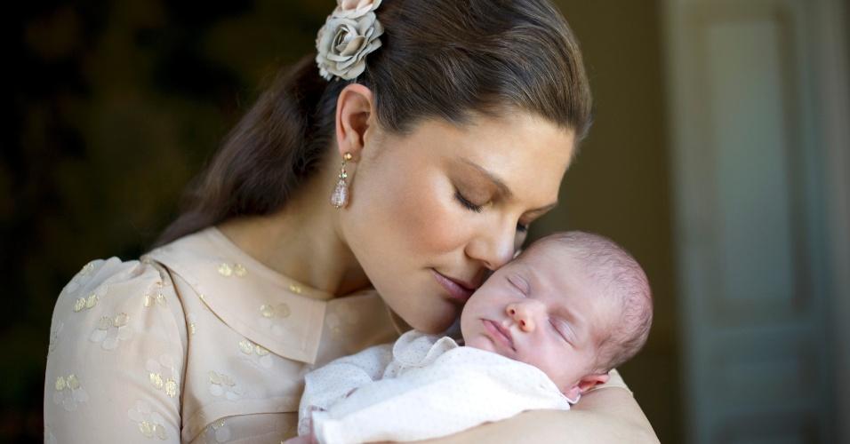 A princesa sueca Victoria segura sua filha, a princesa Estelle