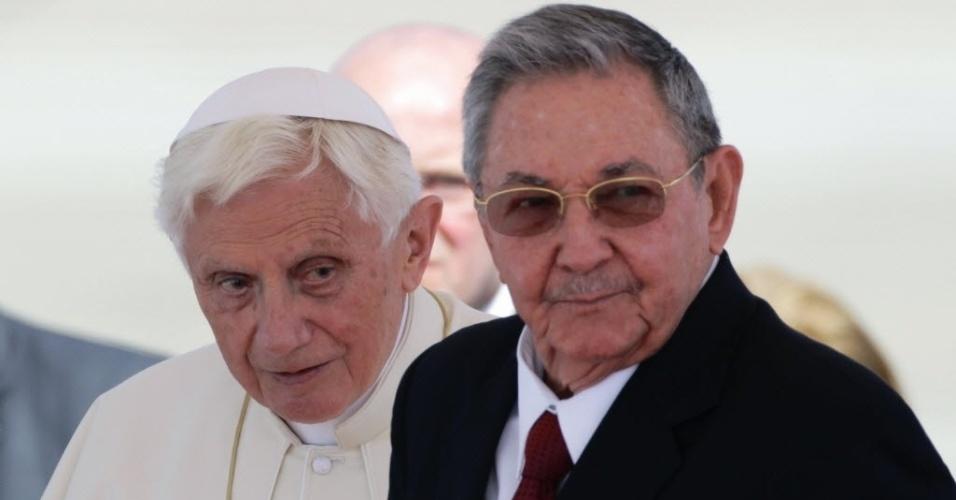 Após passar pelo México, o papa Bento 16 chegou nesta segunda-feira ao aeroporto Santiago de Cuba para uma visita pastoral ao país e foi recebido pelo presidente Raúl Castro