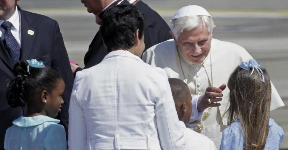 Após passar pelo México, o papa Bento 16 chegou nesta segunda-feira ao aeroporto Santiago de Cuba para uma visita pastoral ao país e foi recebido por crianças