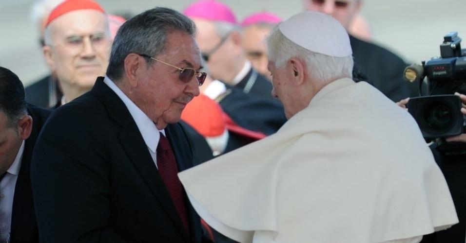 Papa Bento 16 chegou ao aeroporto Santiago de Cuba para uma visita pastoral ao país, onde foi recebido pelo presidente Raúl Castro