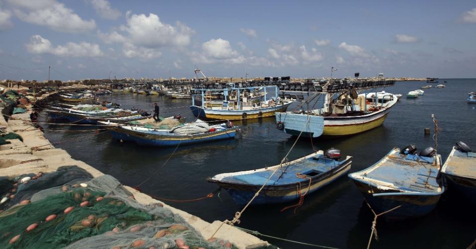 Barcos de pescadores ficam ancorados no porto de Gaza
