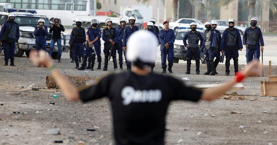 Bareinita se confronta com a polícia durante protesto em Budaiya, a oeste de Manama