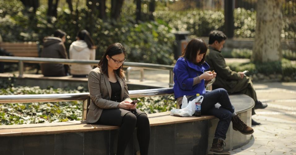 Chineses aproveitam o clima agradável da primavera em parque de Xangai, na Chin