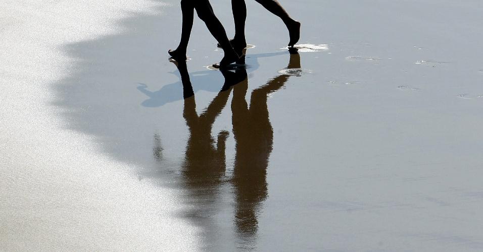 Duas mulheres passeiam pela praia de La Zurriola, em San Sebastián, na Espanha
