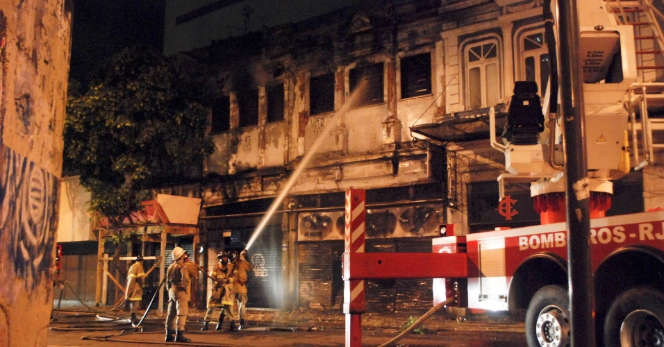 Equipe do Corpo de Bombeiros trabalha no combate a um incêndio em um estabelecimento comercial na rua da Carioca, no centro do Rio de Janeiro