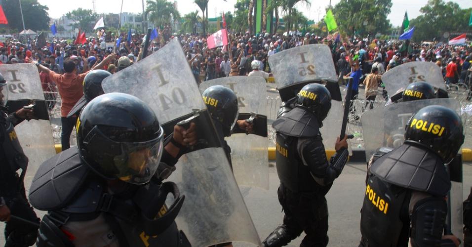 Estudantes entram em confronto com policiais em Medan, na Indonésia, em protesto contra planos do governo de aumentar os preços de combustíveis no país